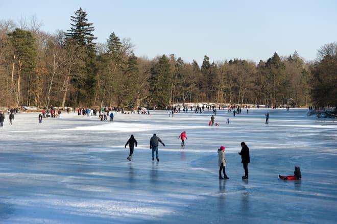 Familie bricht beim Eislaufen ein
