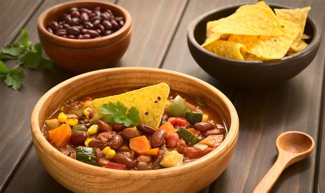 Chili sin Carne mit Avocado-Joghurt-Dip