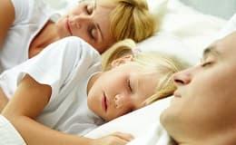 Kinder im Elternbett